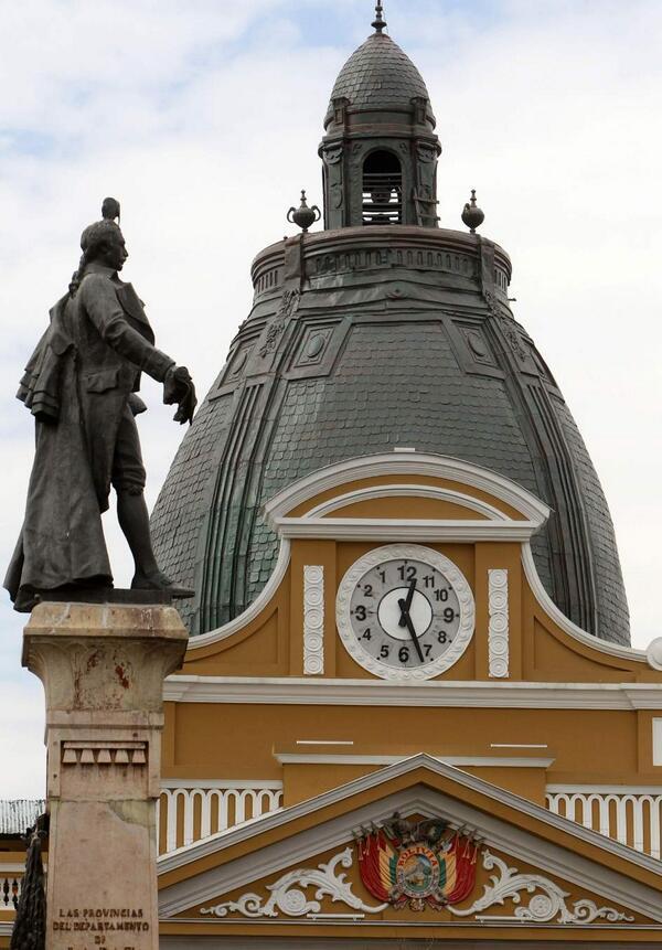"""El 'reloj del sur' en Bolivia: gira a la izquierda con los números marcando al revés http://t.co/nEsIAPZKW5 http://t.co/8yqcsqyp65""""/ locura"""