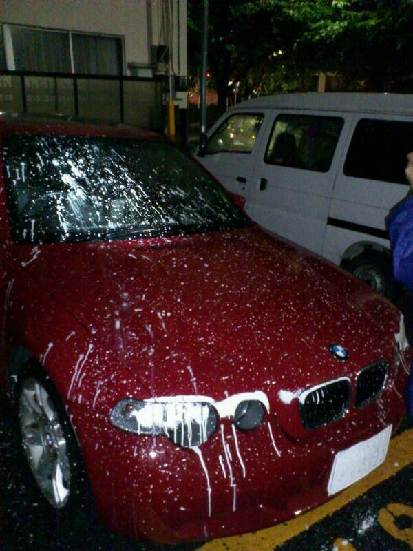うわ!!やられました!私の車に白いペンキが。。目をうたがった。被害届出します。これ、どう思いますか???? http://t.co/Uj2O3u2w4I