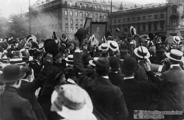 @GovPotiorek1914 They're singing nationalist folk songs and carrying black-ribboned pictures #KU_WWI http://t.co/k2N6EQpaI1