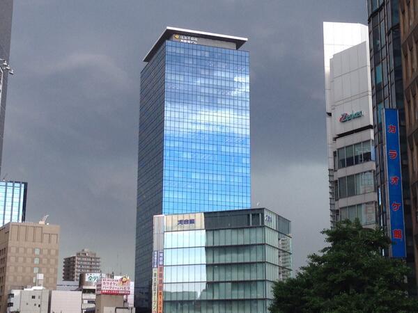 反対側の空を映すビルだけ晴れていた。 pic.twitter.com/Gfm0oCFLwX