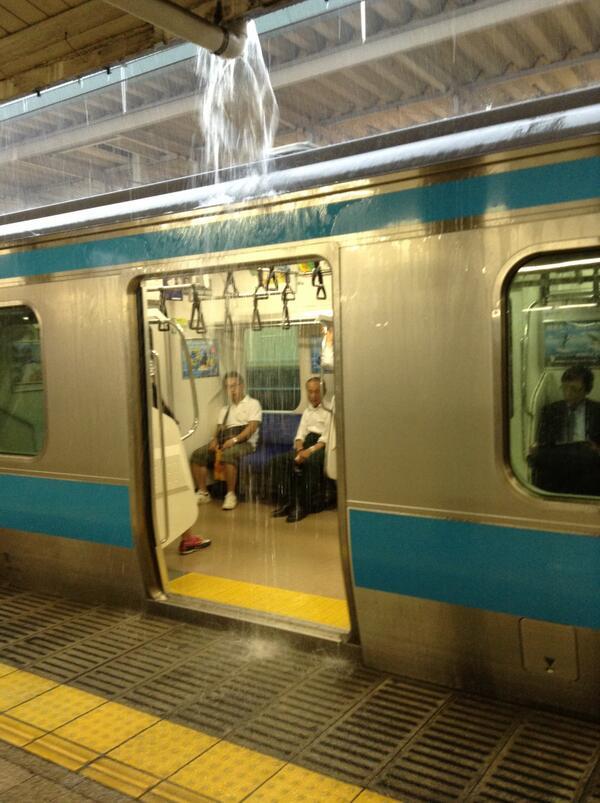 京浜東北線が、乗客に滝行強要してた… pic.twitter.com/xwUWp0EAXW