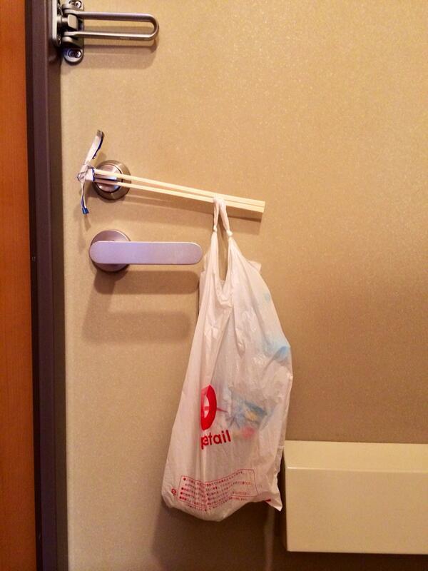 宅飲み翌朝に帰って行った友達が残した鍵閉めトリック。これは密室ですわ。 pic.twitter.com/r5wpl7BsAX