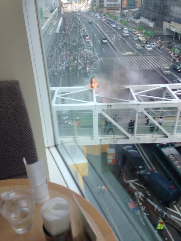 新宿で橋の上ので発狂していた人が自身に火を放ちました(>_<) pic.twitter.com/D2EnkKbxNf