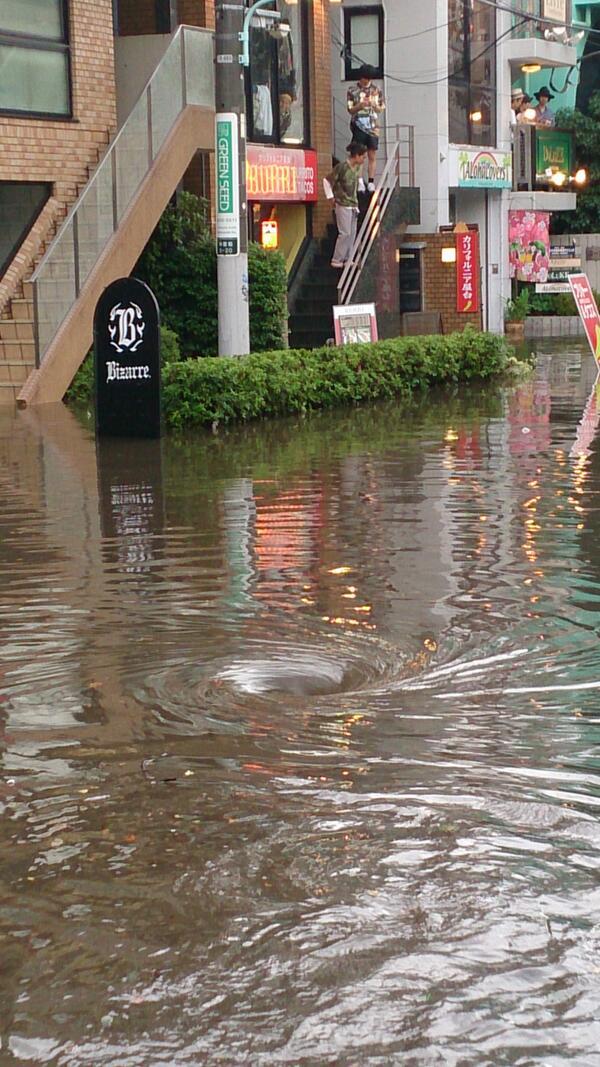 """これすごいですね。。。。゚(●'ω'o)゚。  """"@haruxxx_7: ゲリラ豪雨で原宿に渦潮出現…… http://t.co/TdWFIjLeQm"""""""