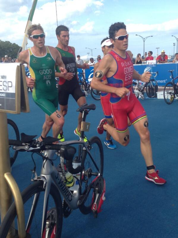 Getting nice and close with the champ and friends @worldtriathlon #WTSChicago @Jgomeznoya http://t.co/CMrOOMuoCq