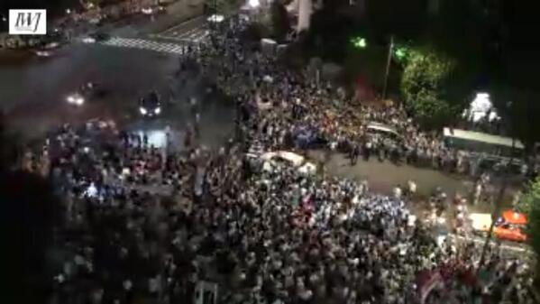 官邸前、大勢の人が集まっている様子をIWJが生中継。 ( #iwakamiyasumi7 live at http://t.co/nAiRnT0wdH) 画像は 20140630 20:11 IWJ ch7より。 http://t.co/mGj9x1yccY