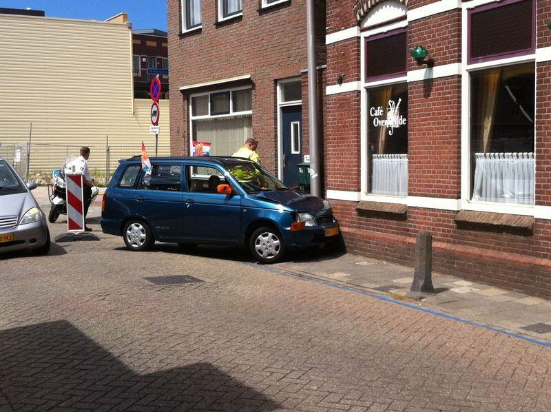 Auto tegen gevel in de Choorstraat