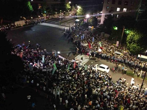 首相官邸前では集団的自衛権の行使容認に反対する人たちの抗議が続いています。国会記者会館屋上より。 http://t.co/QPbB28ExTx