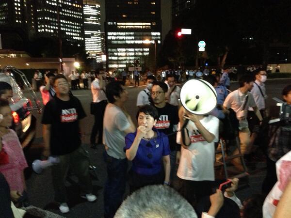官邸前で福島瑞穂さん。解釈改憲許さない。安部内閣を許さない! http://t.co/Zeq53GkQON