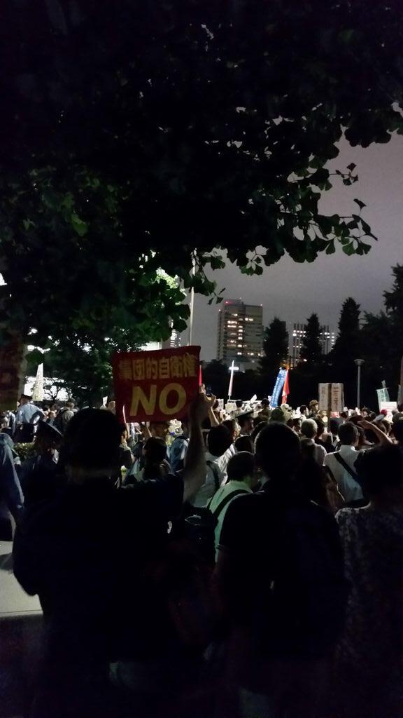 21時を過ぎましたが、官邸前はさらに人が増えています。「解釈改憲、絶対反対!」「戦争する国、絶対反対!」「憲法守らん総理はいらない!」「国民の声を聞け!」 http://t.co/xTmPC98ODP