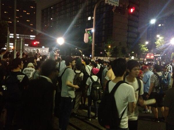 若者の熱気が凄かった今夜。 RT @asaikuniomi: これは他人事ではない。若者は自分達の問題ととらえてRT @RintaroWatanabe: 若者率ハンパない!これは今までにないこと。/集団的自衛権反対の官邸前. http://t.co/SGuwquGNDk