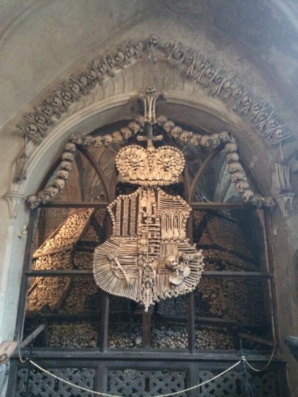 今日はコストニチェに行ってきたよー! 別名骸骨教会。全て本物の人骨で出来ています。なんと四万人分! http://t.co/xLfmCJP5Et