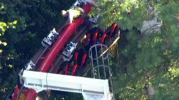 LIVE VIDEO: Crews are working to rescue about two dozen stranded riders at Magic Mountain http://t.co/FAl8JJFXf5 http://t.co/SBw9WdkjtB