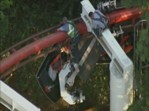 HAPPENING NOW: Rescue crews getting closer to passengers on derailed Ninja coaster in Magic Mountain in CA. http://t.co/YDbtvb6iFg