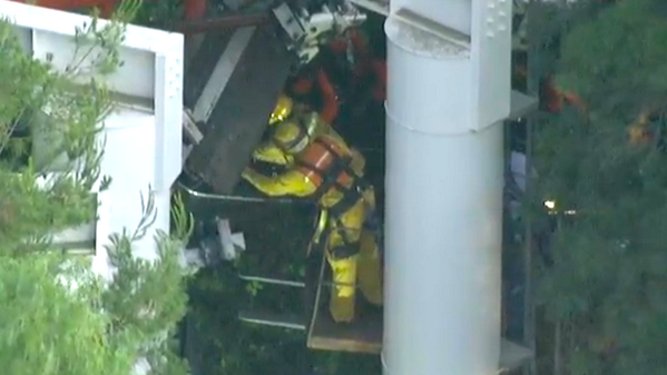 Rescuers working to free 25 people trapped on Magic Mountain roller coaster in California: http://t.co/RbZZ75nqR8 http://t.co/HO7cusWbc4