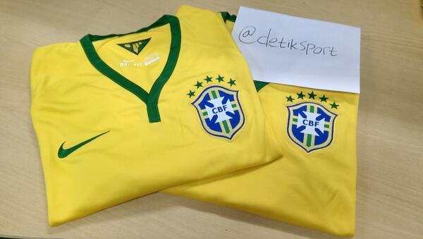 Yang mau jersey ori timnas Brazil ayo re-tweet tweet ini! Kuisnya bakal dimulai sebentar lagi #dSportQuizBrasil :D http://t.co/Ce8giJrOAC
