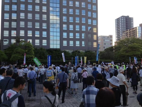 仙台市民広場にて、集団的自衛権行使容認への抗議デモに来ました。ただ今宮城憲法会議の鶴見聡志氏が情勢報告。続いて仙台弁護士会から憲法の話。 http://t.co/zqmie5aHiF