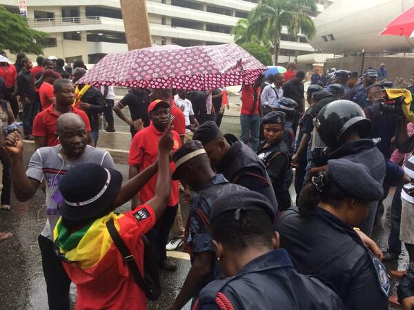 Share your umbrella with a police because the gov can't afford to buy. #OccupyFlagStaffHouse #Ghana http://t.co/gvXVANuj56