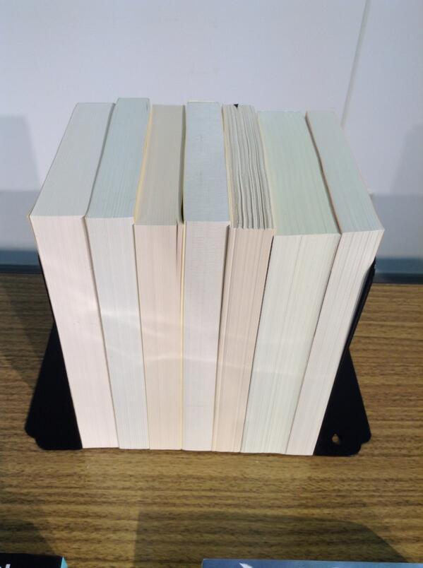 カバーを外して並べられた各出版社の文庫本を見ただけで、「これは⚪︎⚪︎社、これは⚪︎×社…」とドンドン当てていく日本製紙・佐藤さん! http://t.co/5ftWCIoZOP