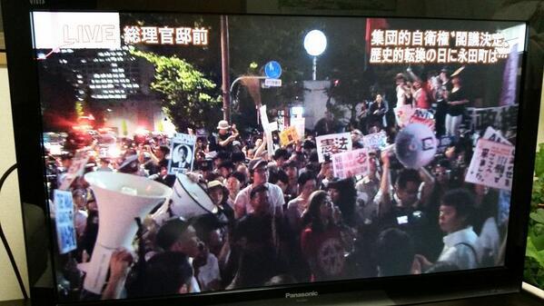 報道ステーション、トップニュースで官邸前の様子を生中継。「ここに来ている人たちの多くがインターネットを通じて、この抗議行動を知り、自分達の問題として、自らの意思で参加した人々」と。安倍さん、聞こえていますか。 http://t.co/jIHmqSPbuT