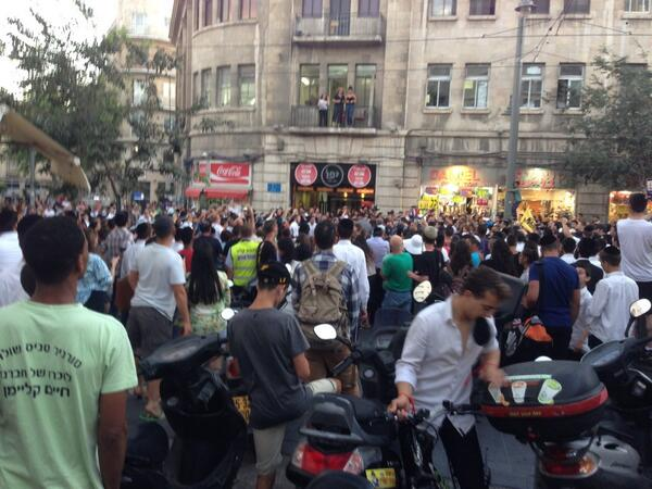 """Mob on Jaffa Road, Jerusalem chanting """"death to the Arabs."""" Man tells me, """"after sundown we will attack them."""" http://t.co/ehx7E3BCyS"""