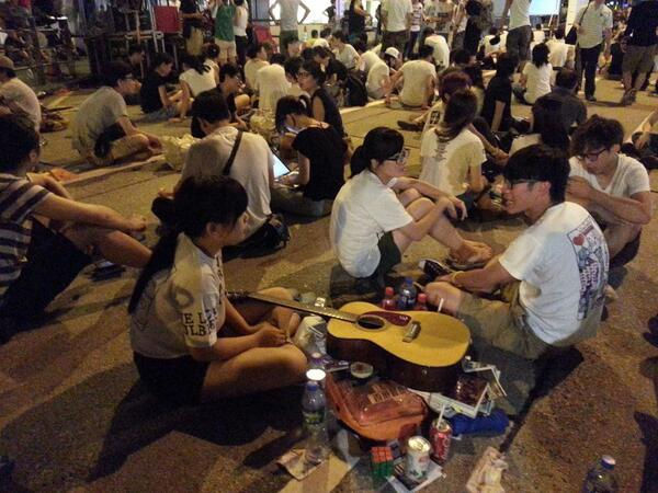 Students planned to stage overnight sit-in on Charter Rd, Central after #july1hk bring snacks n guiter to pass time http://t.co/5LNtfXzlrx