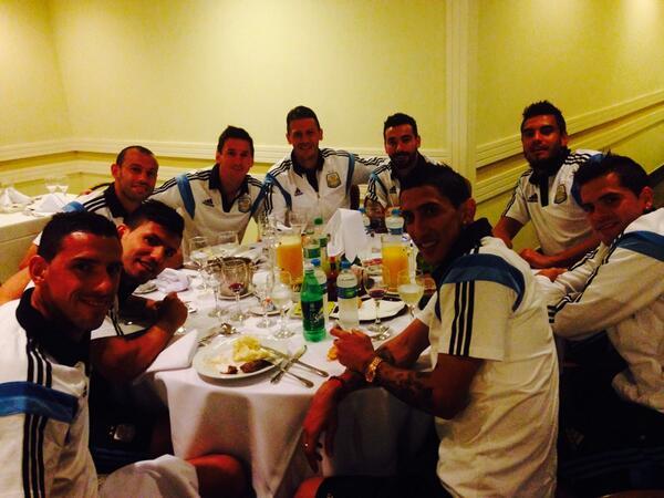 Felicitaciones al grupo, un paso más y ahora a esperar rival de cuartos.. Vamos Argentina carajo!!! http://t.co/SdyunZjqHc