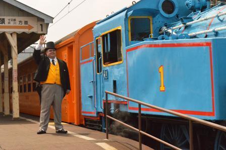 大井川鉄道でのアジア初の「きかんしゃトーマス」運行を祝い、ソドー鉄道から、あのトップハム・ハット卿も駆け付けました。12日の本運行初日にも訪れる予定です。 pic.twitter.com/PLsMKCqXPF