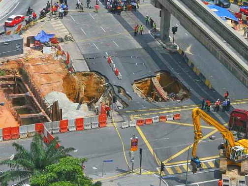[PSA] A sinkhole appeared at Jalan Pudu-Hang Tuah intersection just now. Be advised to avoid this area at all costs. http://t.co/ZjXSJmIFb1