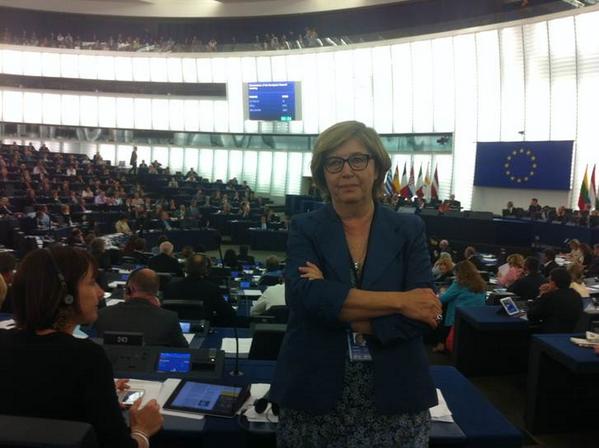Mercedes Bresso ripaga @Nigel_Farage con la sua stessa moneta. E gli volta le spalle mentre parla in aula  @la_stampa http://t.co/1G5vbsPAwC