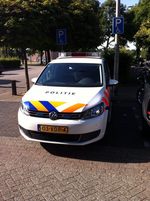 Mevrouw de agent moet enorm dringend maaltijdsalade kopen bij #ah. Grote #fail politie #deventer parkeren invaliden http://t.co/sYo9RRSJTb
