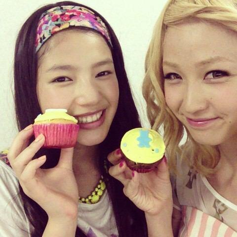 カップケーキを持つ石井杏奈