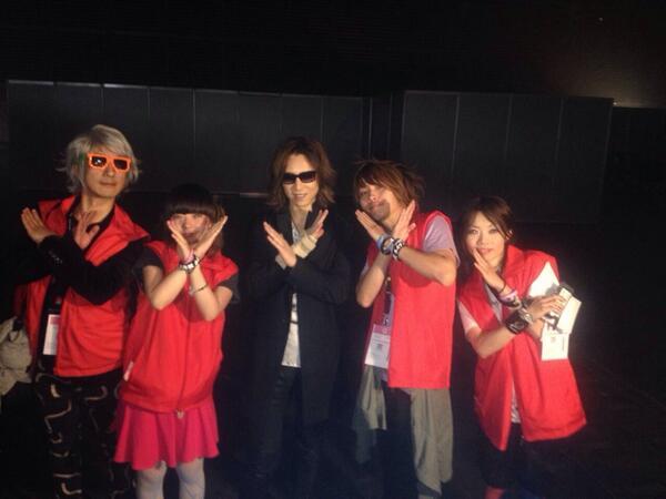 【公式レポーター3日目3】 YOSHIKIさん(X JAPAN)と。 「世界進出を目指すバンドにアドバイスを!」に対して 「一緒に頑張りましょう!」 と言っていただきました。  #JapanExpo #JE15 http://t.co/f6VMmWYBTJ
