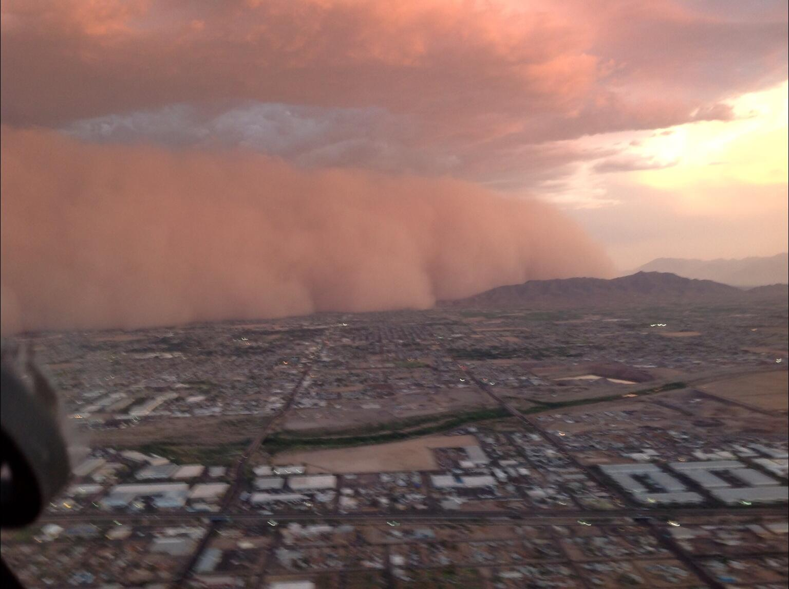 Taken from aircraft cockpit wow RT @redspirit145 The awesome Phoenix Dust storm that we escaped by 5 mins last night! http://t.co/Nvyyl3iCwm