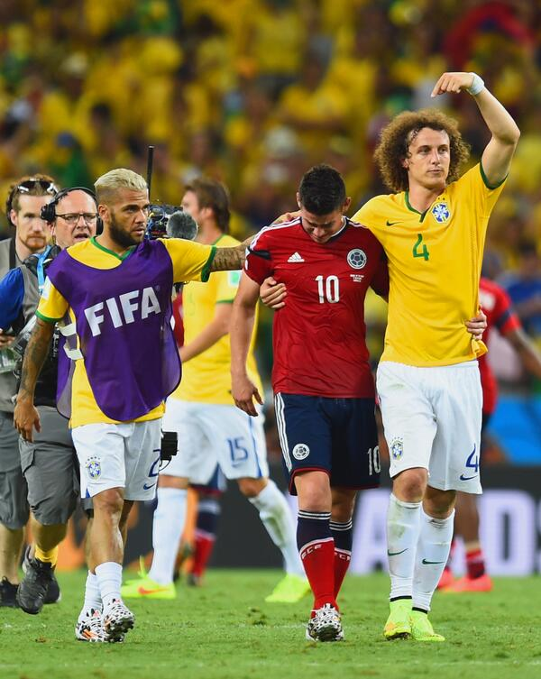 Nosso zagueirão @DavidLuiz_4 pedindo para a torcida aplaudir @jamesdrodriguez ! Que atitude! #Copa2014 #WorldCup2014 http://t.co/4QvKtUBJwx