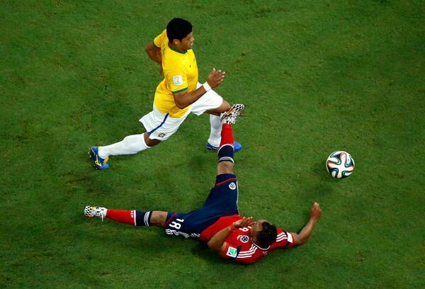 E o @camilozuniga18 tinha entrado de sola no joelho de Hulk no primeiro tempo... #Copa2014 #ForçaNeymar http://t.co/nej3BLkKQa
