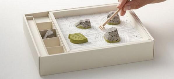 【和菓子】食べられるお菓子の石庭がスゴいnews.livedoor.com/topics/detail/…アートディレクターと和菓子職人がコラボして作られたもの。岩の形をした落雁はもちろん、玉砂利も着色された砂糖なので食べられる。 pic.twitter.com/E2AK1eln9k