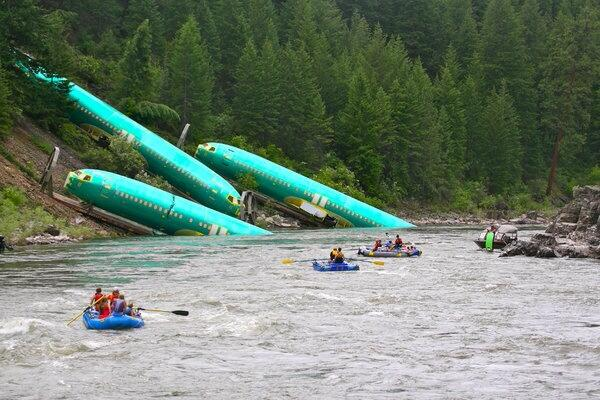 Blimey. A train has derailed in Montana dumping Boeing 737 fuselages into a river. http://t.co/MHejDQZXNZ #avgeek