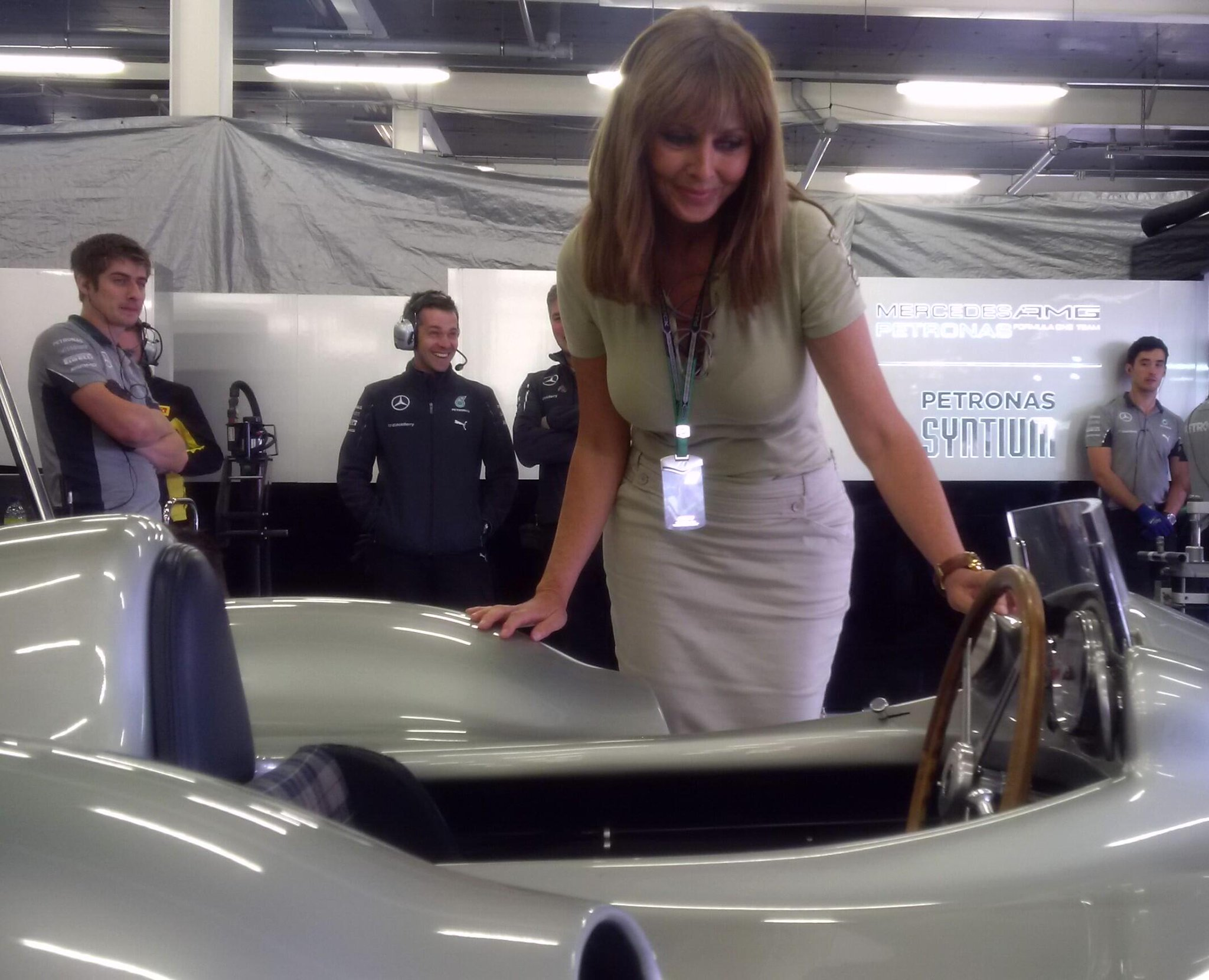 RT @MercedesAMGF1: The @MercedesBenz W196R seems to have  an admirer... :) @carolvorders #BritishGP #F1 #SilverStunners http://t.co/PHZeKq8…