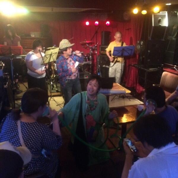 ライブ中に観客の口と耳をホースでつなげる緑色の人が現れるライブバー、それが新宿御苑RUTO。