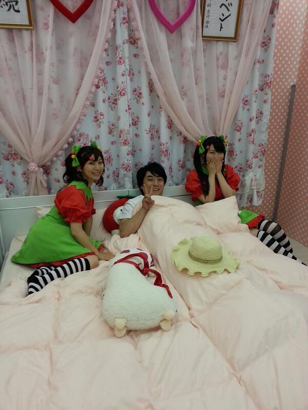 【生「べます」放送後記】つぼらぎさん衣装の河原木志穂さんと大坪由佳ちゃん。そして放送後のベッドで仮眠しようとする関智一さん。関さんの枕元に妖精が降臨したみたいw #べます http://t.co/tA7ZwdURof
