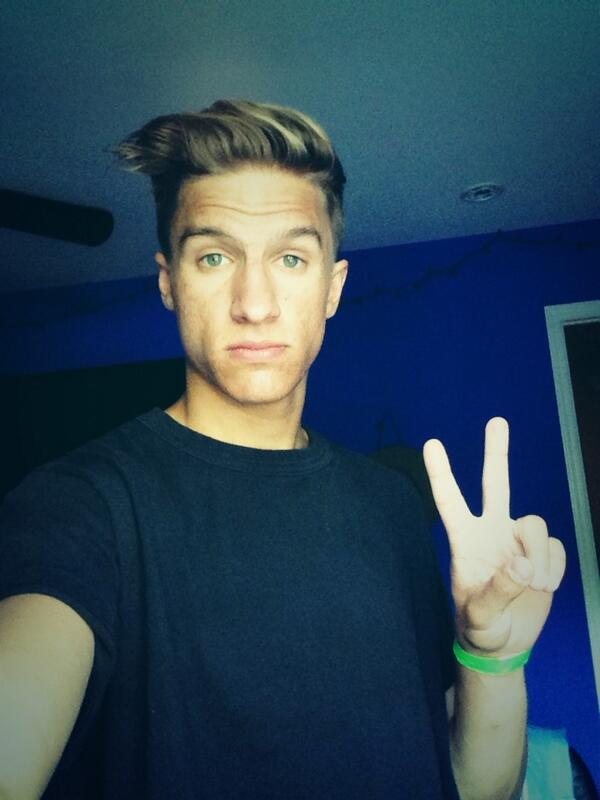 hi RT this for a follow. Fav for a DM! I haven't done this in ages. Gonna follow some of u