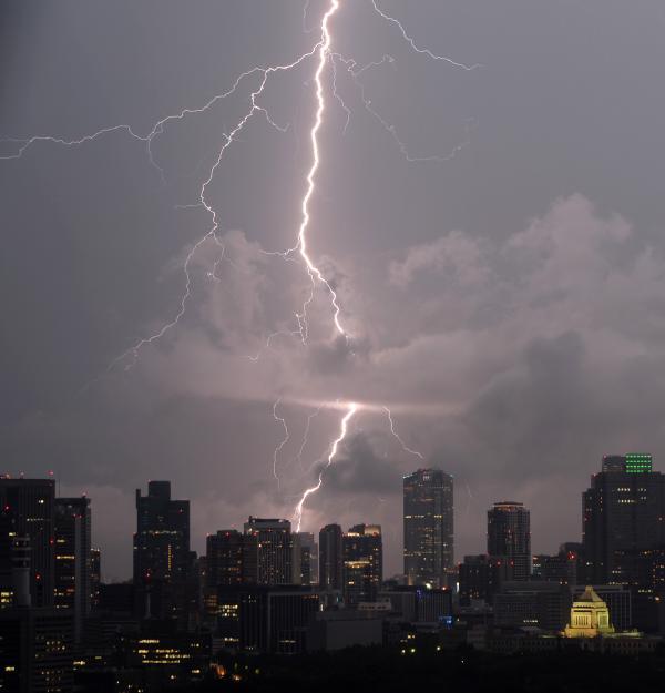 東京都内では夕方から激しい雨とともに、上空を多くの稲妻が走っています。写真は大手町より六本木方面を望んでいます。右下は国会議事堂です(寺) #落雷 #雷 pic.twitter.com/yq5Zckaw8F