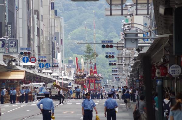 昨日撮った写真から…午前11時過ぎ頃の四条烏丸交差点から四条通りを八坂神社方面に300mmレンズで。ザ・望遠圧縮!意外と高低差があることが分かる。