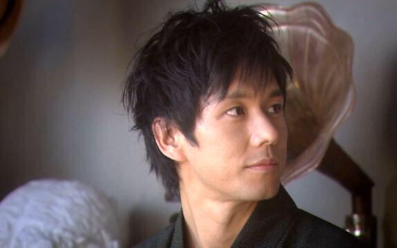 髪型がふわっとしている西島秀俊さん