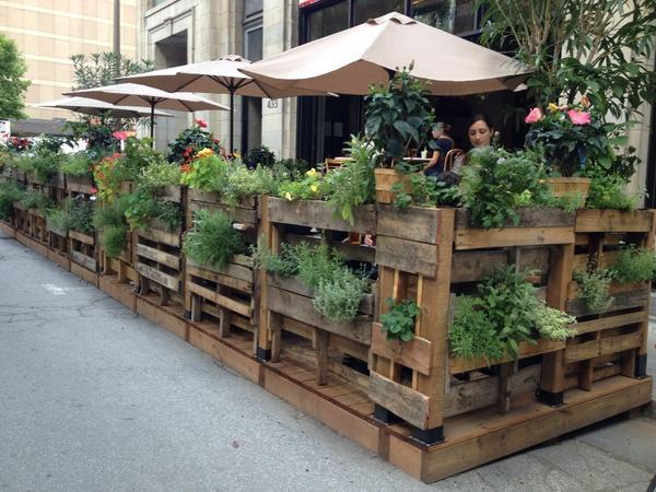palettes de bois pour la réalisation de cette terrasse sur la rue
