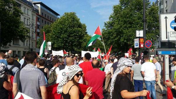 March moving down Kudamm now #berlin #GazaUnderAttack http://t.co/MLnUhv40bI