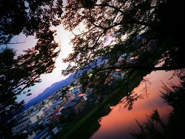 空が燃え出した。 こんな夕陽、久しぶりに見た。 http://t.co/QAeXS11L8n