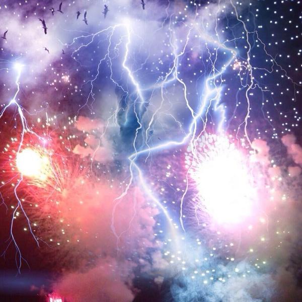 足立の花火大会が雨の中でひどいと言われていますがここで去年の隅田川花火大会を見てみましょう。花火に雷も混じって新たなアートを形成していますね。 pic.twitter.com/VV7epLTaCC