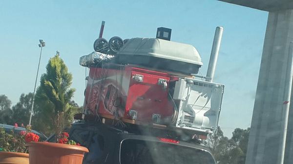 Tranquilou, il ramène une distributrice de coca... #MRE http://t.co/GMAqxiVYTA